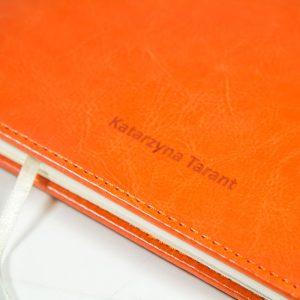 Zdjęcie przedstawiające tłoczenie logo na okładce kalendarza